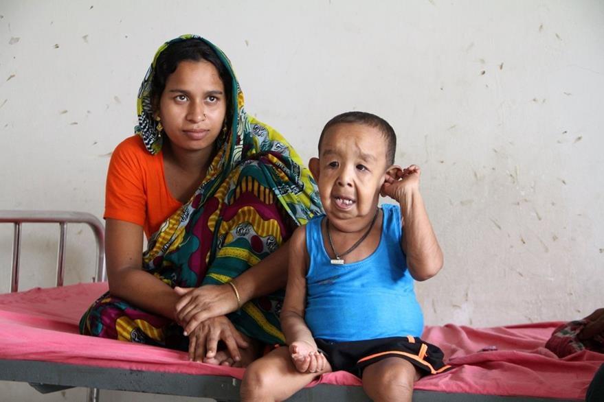 Tripti Khatun, madre del niño bangladesí, Bayezid Shikdar, quien busca ayuda para tratar extraña enfermedad. (Foto Prensa Libre: AFP).