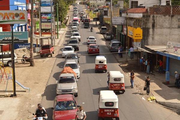 """<p>La realización de un desfile hípico en Barberena originó largas filas de vehículos y molestia de conductores. (Foto Prensa Libre: Oswaldo Cardona)<br _mce_bogus=""""1""""></p>"""