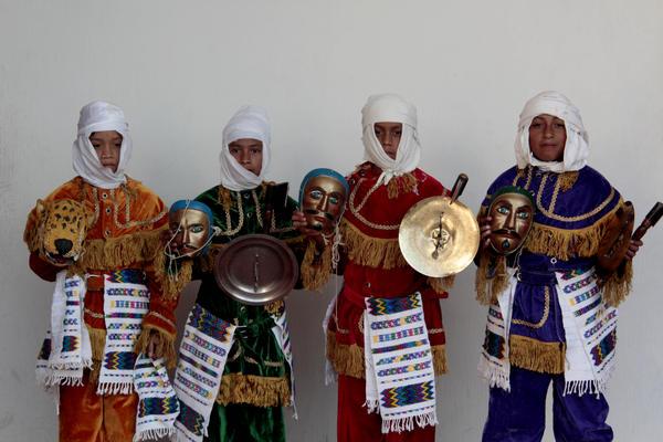 Cuatro de los niños que representan la versión corta del Rabinal Achí. (Foto Prensa Libre: Carlos Grave)