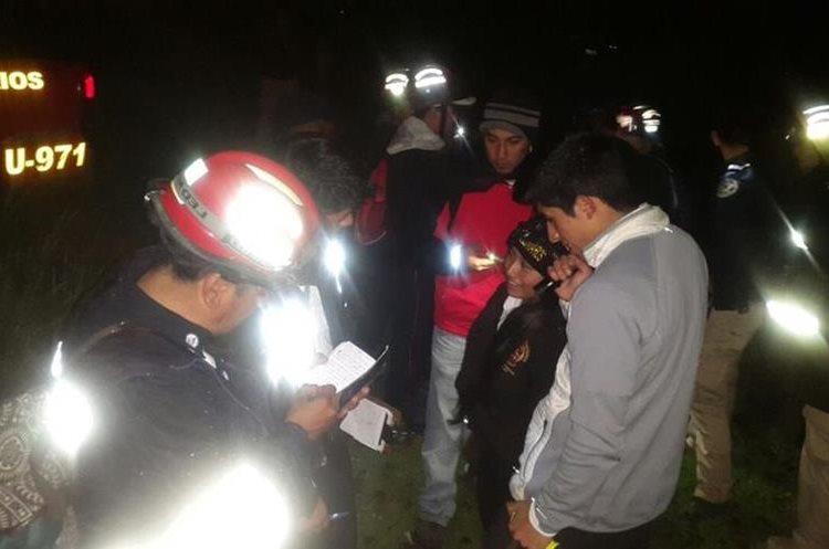 Bomberos toman los datos de los turistas. (Foto Prensa Libre: CVB Xela)