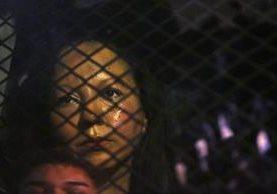 Guadalupe García de Reyes, en una camioneta de ICE luego de ser detenida. (Foto Prensa Libre: AP)