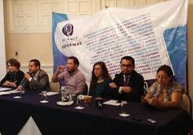 Integrantes de la Alianza por las Reformas se dirigen a periodistas durante conferencia efectuada este lunes. (Foto Prensa Libre: Jessica Gramajo)