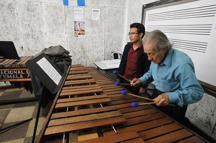 Las nuevas generaciones aprenden el arte de interpretar la marimba de la mano del maestro Robelio Méndez. (Foto Prensa Libre: Paulo Raquec)