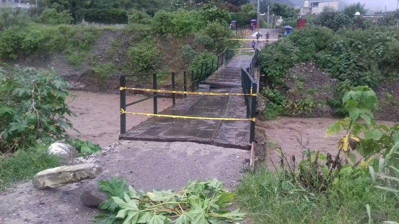 La Conred y las autoridades de Panajachel, Sololá,   restringieron el paso por el puente Tuc Tuc porque podría  colapsar  con las lluvias. (Foto Prensa Libre: Ángel Julajuj)