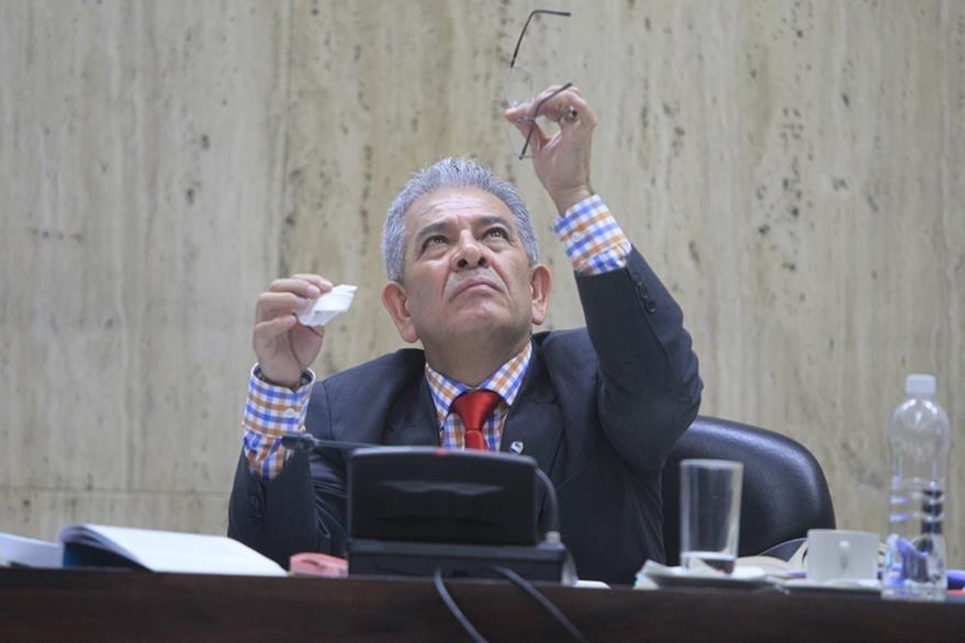 El juez Miguel Ángel Gálvez tiene a su cargo el Juzgado de Mayor Riesgo B, tiene 16 años de trabajar en el Organismo Judicial. (Foto Prensa Libre: Esbín García)