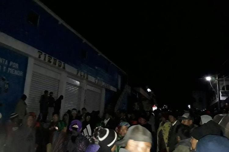 Pobladores de Chiul, la madrugada del martes, cuando rodearon la casa del alcalde Guadalupe Baten. (Foto Prensa Libre: Héctor Cordero)