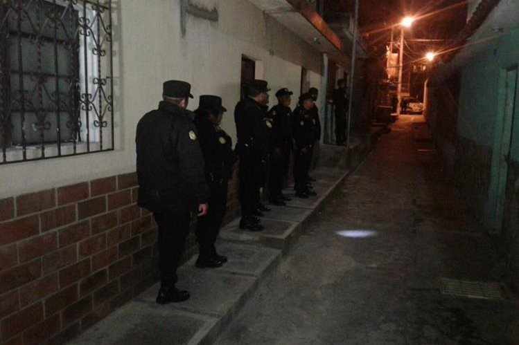 Agentes de la PNC capturan a sujeto que efectuaba disparos al aire en la zona 6 de Mixco. (Foto Prensa Libre: PNC)