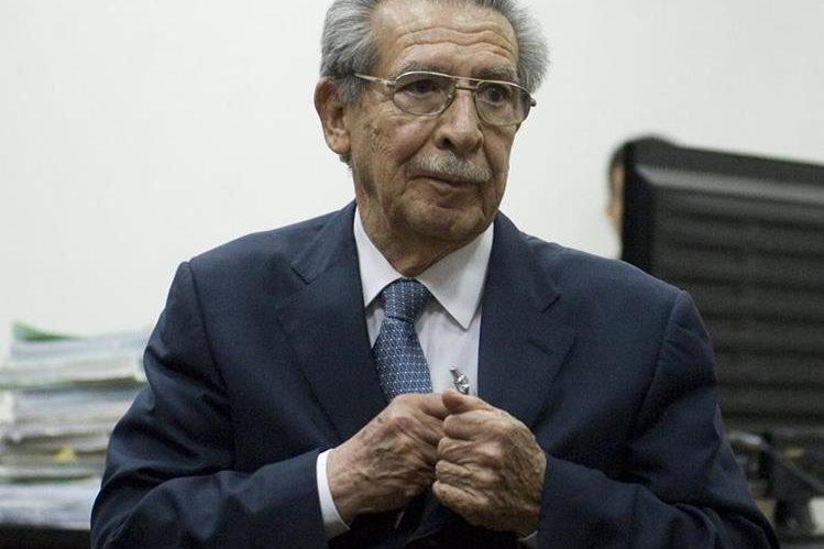 Efraín Ríos Montt, escucha el fallo que lo liga a proceso por masacre en Dos Erres.(Foto Prensa Libre: Hemeroteca PL)