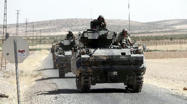 Tanques turcos regresan de Siria a Turquía después de la operación contra el EI.(EFE).