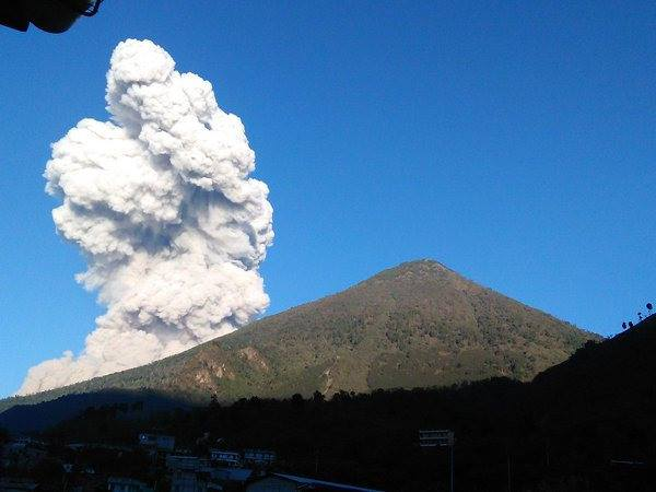 Volcán Santiaguito empezó fase eruptiva este lunes.