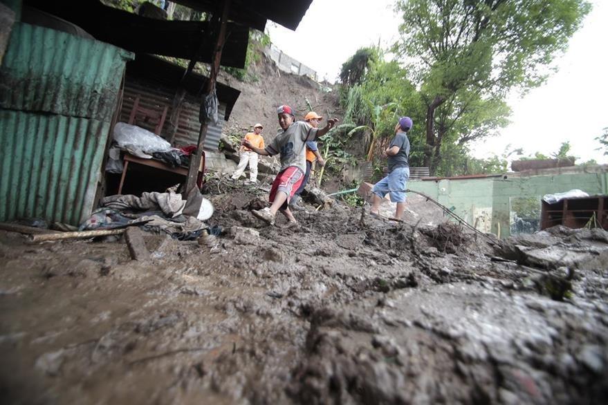 Los pobladores de asentamientos viven en riesgo constante. Asentamiento en zona 7. (Foto: Hemeroteca PL)