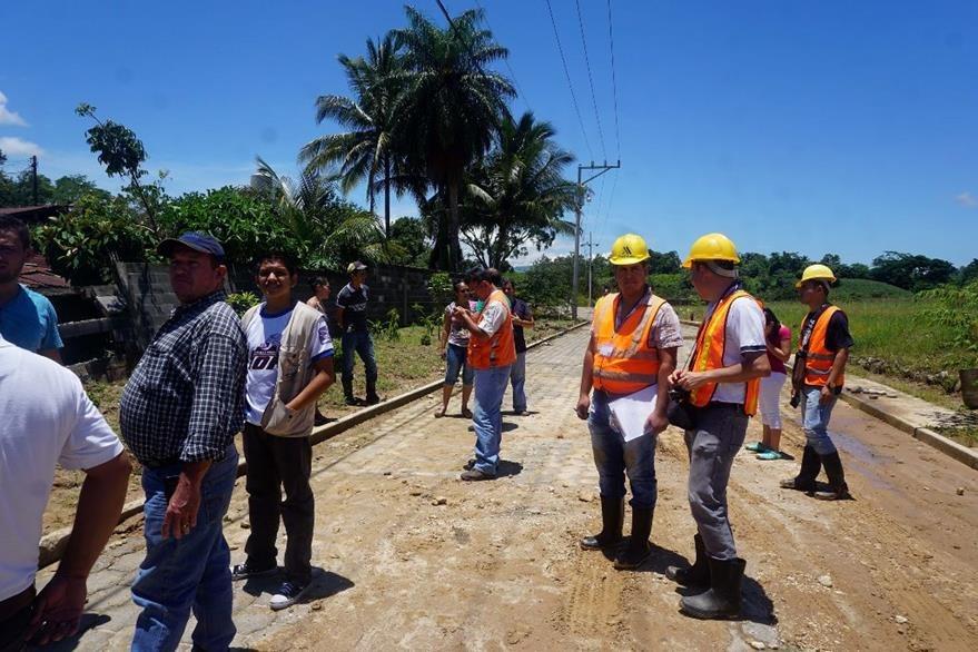 Personal de la Conred y de la municipalidad supervisan una de las áreas afectadas en Los Amates. (Foto Prensa Libre: Dony Stewart).