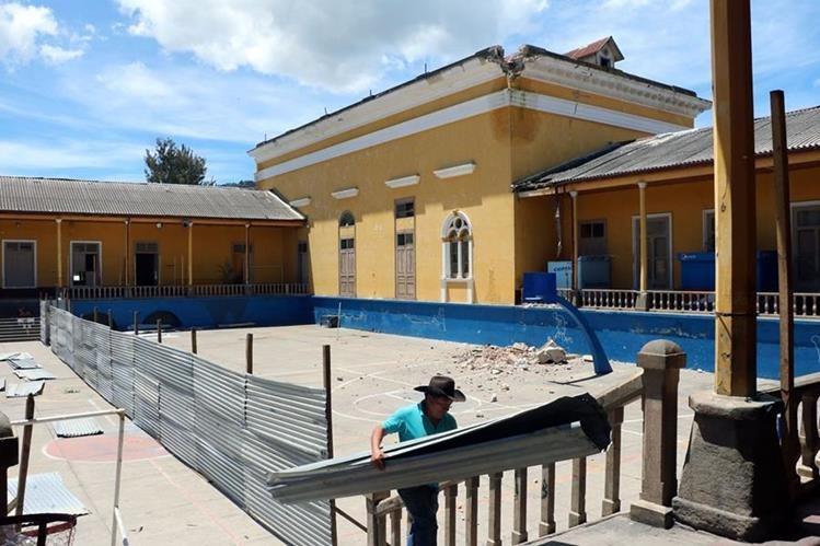 Maestros del Invo y padres de familia construyen una valla en el área restringida, luego de los temblores. (Foto Prensa Libre: Carlos Ventura)