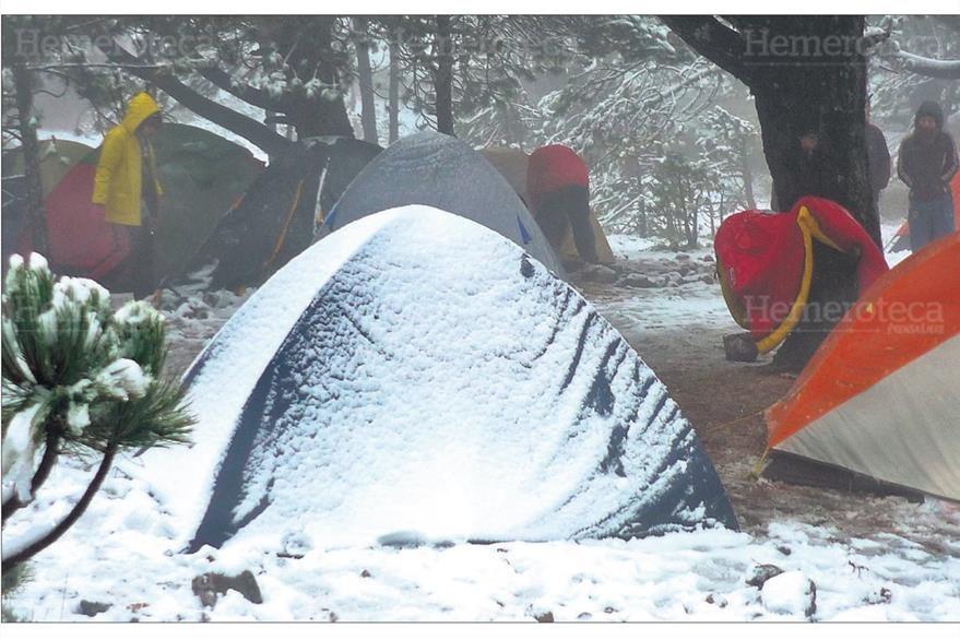 Un grupo de montañistas que presenció la nevada en el volcán Tajumulco, 22/12/2009. (Foto: Hemeroteca PL)