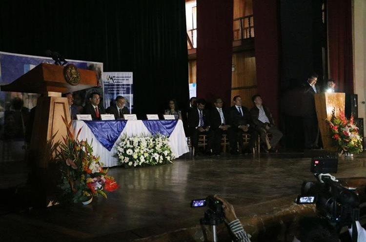 Por 15 minutos hubo un apagón, durante ese tiempo los funcionarios leyeron su discurso iluminado por sus celulares. (Foto Prensa Libre: Carlos Ventura)