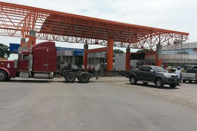 Pilotos bloquean el paso a Puerto Quetzal, Escuintla, con camiones y cabezales de tráileres. (Foto Prensa Libre: Carlos E. Paredes)