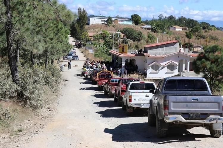 El paso de vehículos estuvo interrumpido por varias horas en San Bartolomé Jocotenango. (Foto Prensa Libre: Héctor Cordero).