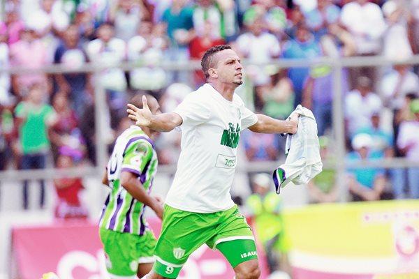 Con su doblete Óscar Isaula guió el triunfo de Antigua GFC. (Foto Prensa Libre: Jesús Cuque).