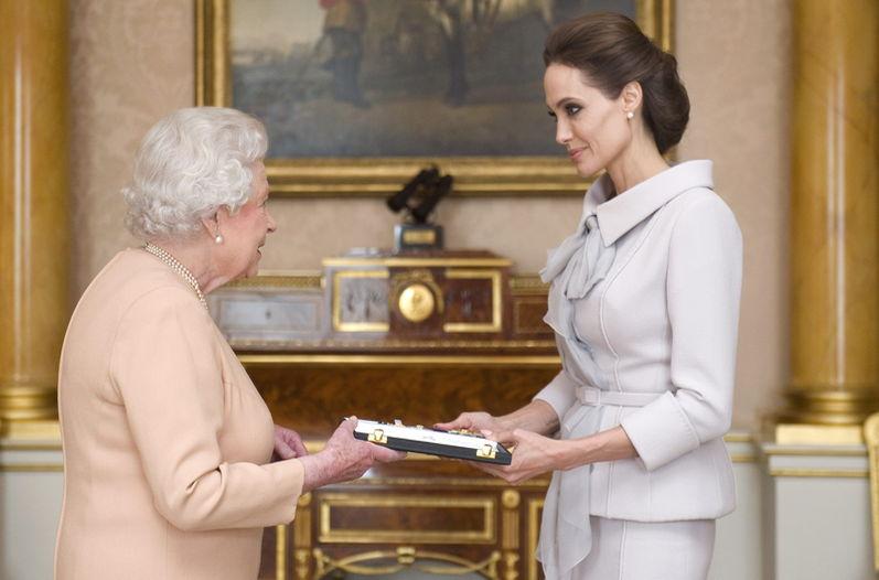 Angelina Jolie  fue nombrada por Isabel II Dama de honor (2014). (Foto Prensa Libre: Hemeroteca PL)
