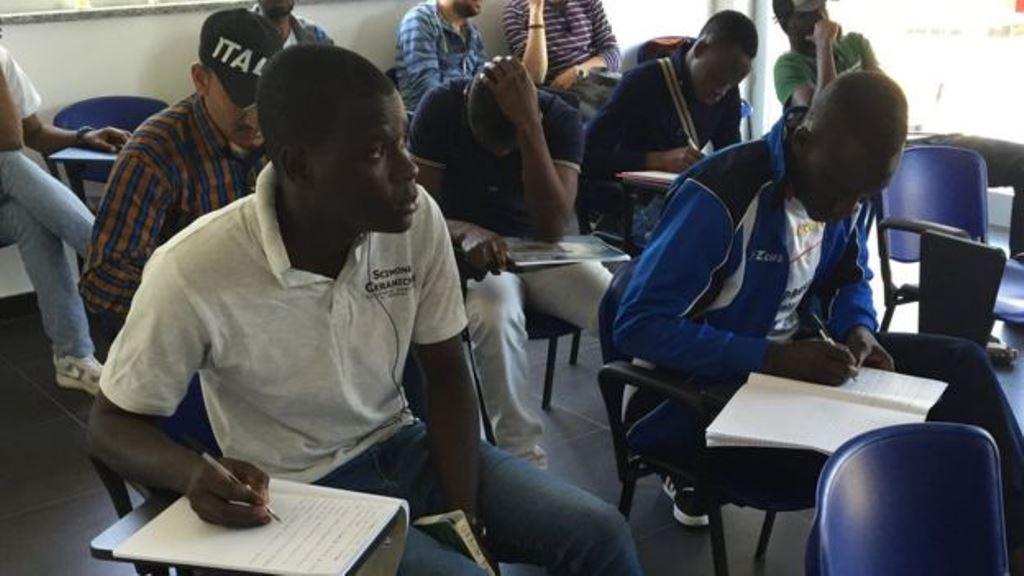 Las clases de italiano son uno de los beneficios que se les ofrece a los refugiados. BBC Mundo