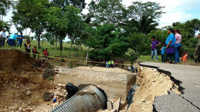 La mañana de este sábado iniciaron los trabajos de reconstrucción de la ruta de Sayaxché, que comunica con Cobán y Quiché. (Foto Prensa Libre: Rigoberto Escobar)