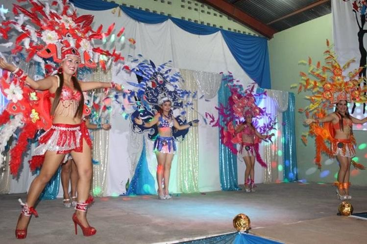 Previo a la elección, las participantes desfilaron en diferentes trajes. (Foto Prensa Libre: Walfredo Obando)