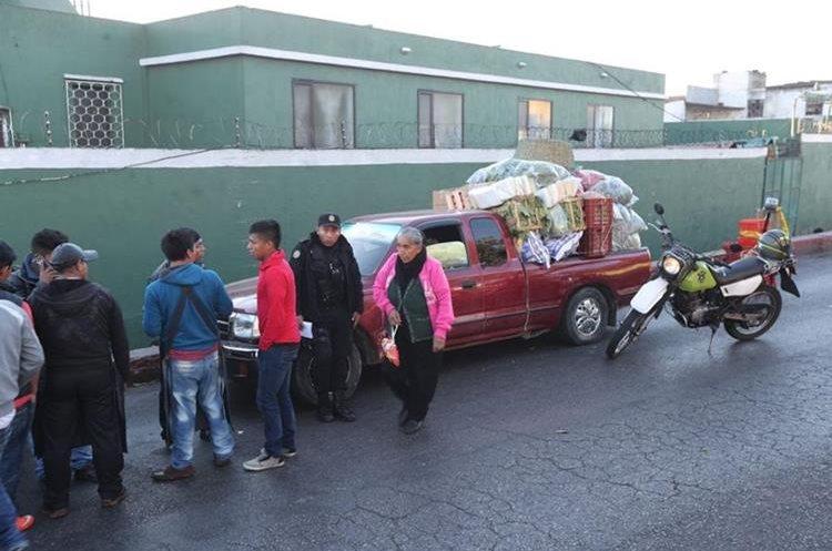 El comerciante madrugó a comprar los productos de su venta en La Terminal de la zona 4. (Foto Prensa Libre: Érick Ávila)