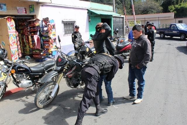 Elementos de la PNC realizan operativos para recuperar armas portadas de forma ilegal. (Foto Prensa Libre: José Rosales)