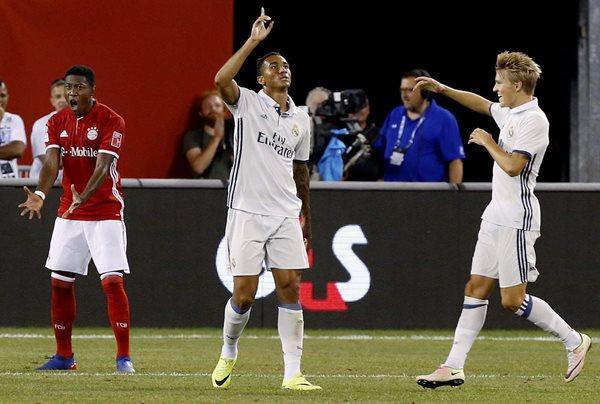 El jugador del Real Madrid Danilo Luiz Da Silva (c) celebra con su compañero Martin Odegaard (d) después de anotar el único gol del partido contra el Bayern Múnich (Foto Prensa Libre: EFE)