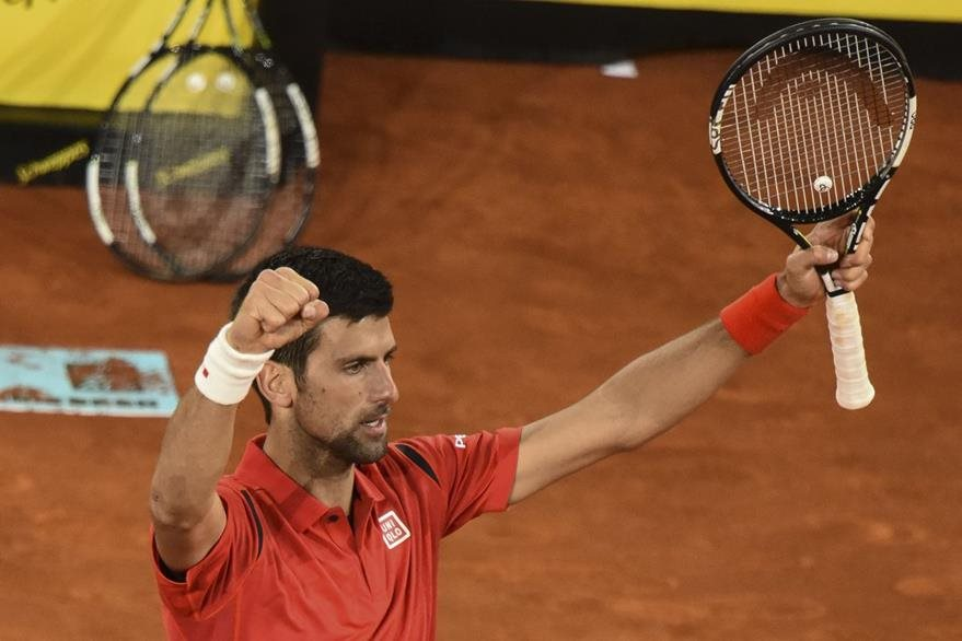 Novak Djokovic celebra al clasificarse a la semifinal en la Caja Mágica. (Foto Prensa Libre: AFP)