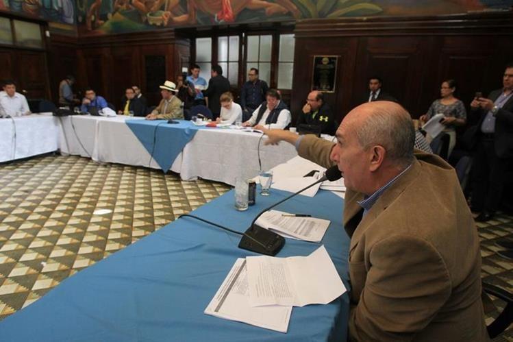 Mientras los jefes de las bancadas en el Congreso discuten enmiendas a las reformas constitucionales al sector justicia, varios grupos protestan afuera de ese Organismo. (Foto, Prensa Libre: Esbin García)