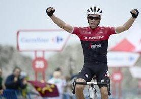 Alberto Contador levanta los brazos en señal de celebración al ingresar en solitario a la meta. (Foto Prensa Libre: AFP)