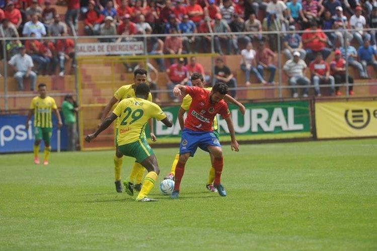 Acción durante el partido entre rojos y los pecho amarillo. (Foto Prensa Libre: Edwin Fajardo)