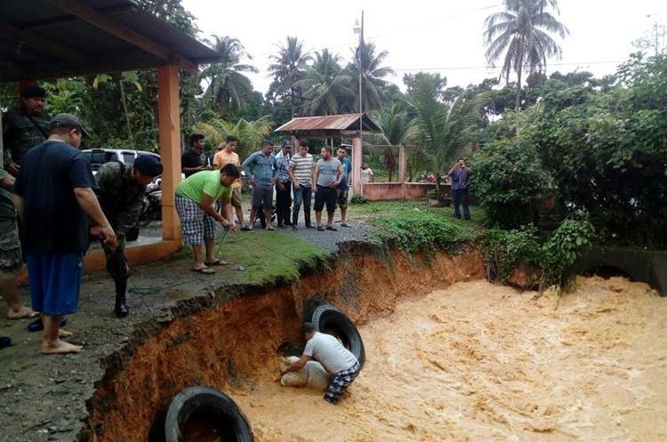 Una serie de lugares del departamento de Izabal se encuentran inundados como consecuencia de las lluvias caídas durante la madrugada y mañana de este lunes.