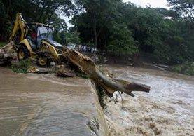 """Río desbordado por el paso del huracán """"Otto"""" en Cárdenas, Nicaragua."""