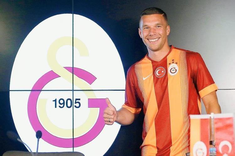 Podolski posó para las cámaras tras firmar con su nuevo club, el Galatasaray. (Foto Prensa Libre: EFE)
