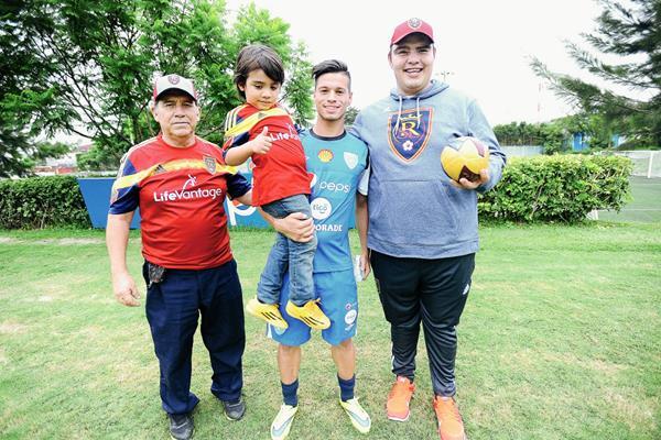 Stefano Cincotta, seleccionado nacional, posa junto a aficionados en el Proyecto Goal (Foto Prensa Libre: Francisco Sánchez)