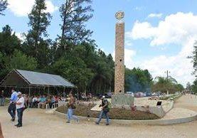 Monumento develado por el 50 aniversario de fundación de Poptún, Petén. (Foto Prensa Libre: Walfredo Obando)
