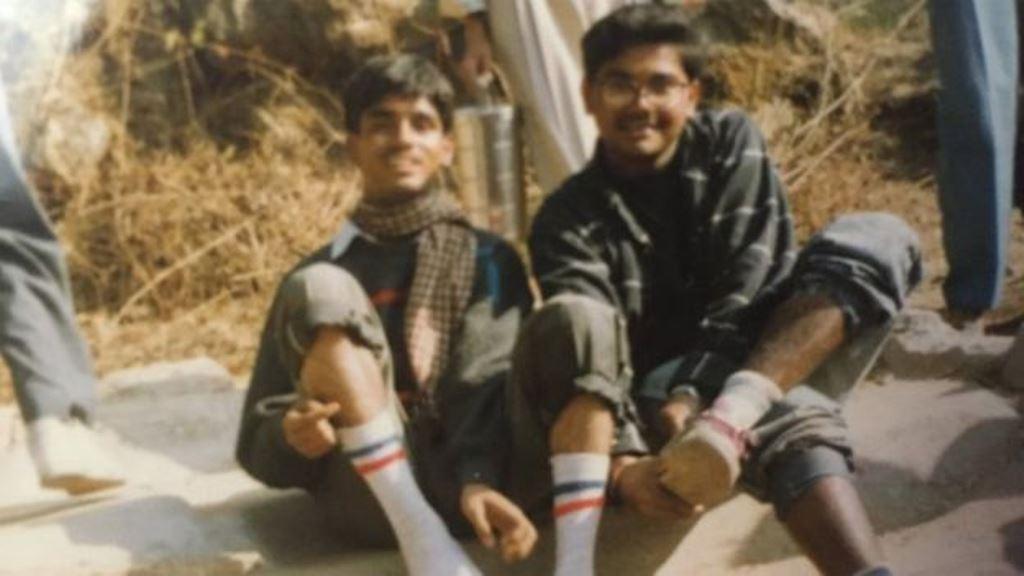 Ambarish Mitra (derecha) escapó de su casa de adolescente y empezó a trabajar en un barrio pobre. AMBARISH MITRA