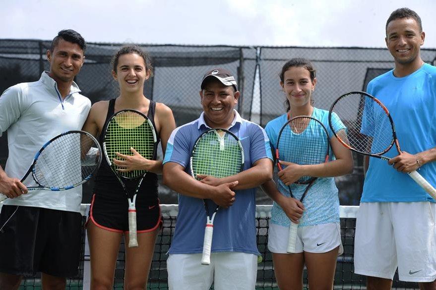 Equipo guatemalteco de tenis encabezado por Christopher Díaz en las canchas de la Federación de Tenis, zona 15.(Foto de Francisco Sánchez).