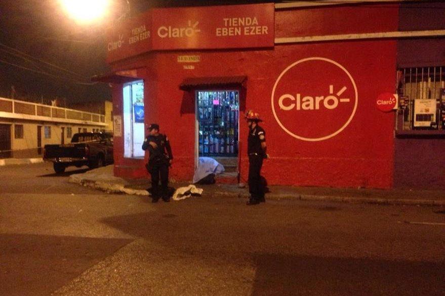 Un adolescente murió baleado en la zona 5 capitalina. (Foto Prensa Libre: Bomberos Municipales)