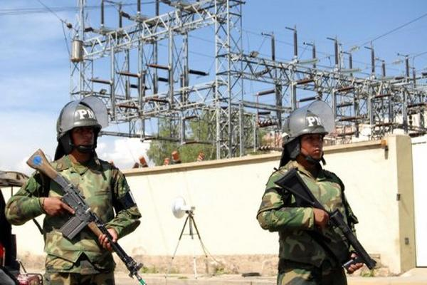 <p>Militares custodian la sede de la empresa española TDE en Cochabamba luego del anuncio de su nacionalización. (AFP)<br></p>