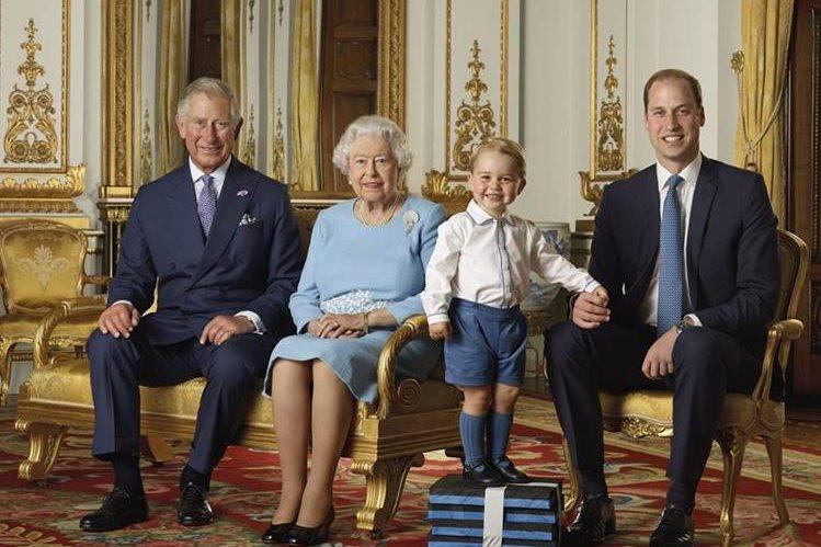 La sonrisa del príncipe Jorge subido en unos bloques de espuma cautivó a la reina Isabel II y a toda Inglaterra. (Foto Prensa Libre: EFE)