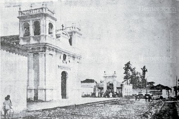 Iglesia de Candelaria, se aprecia al fondo la pileta pública. Foto anterior a 1917. (Foto: Hemeroteca PL)