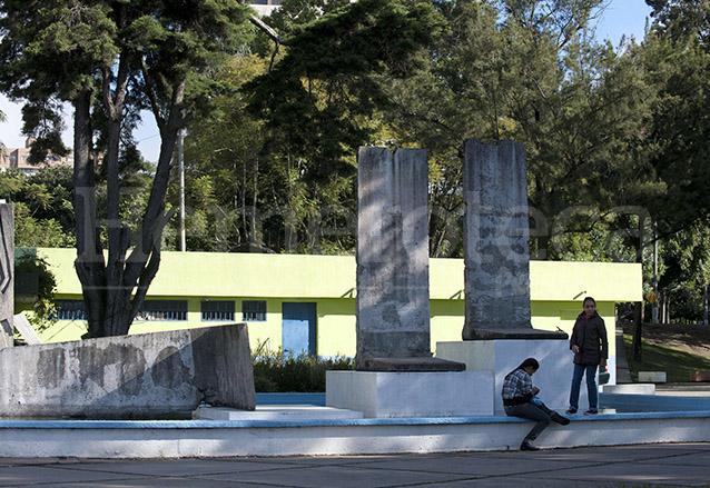 Partes del muro se pueden apreciar en la Plaza Berlín en la zona 13 de la ciudad de Guatemala. (Foto: AFP)