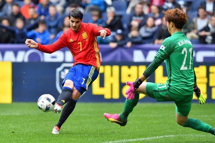 El delantero español Alvaro Morata remata en el amistoso contra Corea en el Red Bull stadium de Salzburgo en Austria. (Foto Prensa Libre: AFP)