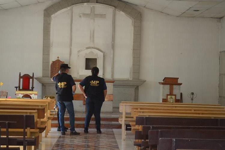Peritos del MP recaban evidencias en iglesia católica de Xulá, cabecera de Retalhuleu, donde desconocidos robaron imágenes. (Foto Prensa Libre: Jorge Tizol)
