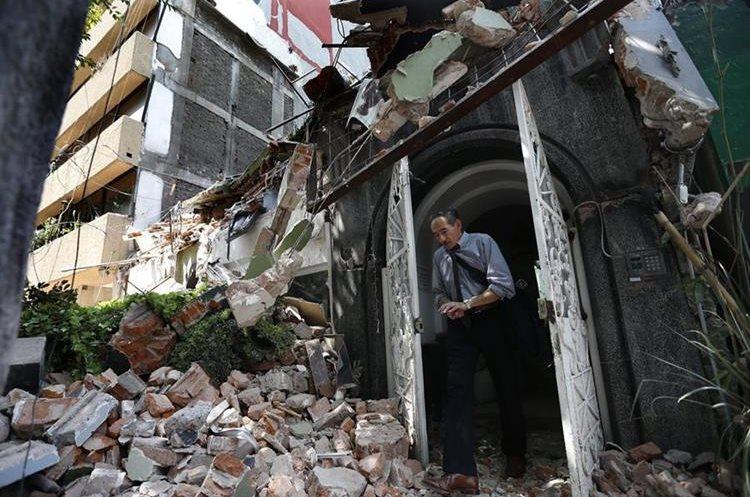 un hombre abandona un edificio que se derrumbó durante el terremoto. (AP).