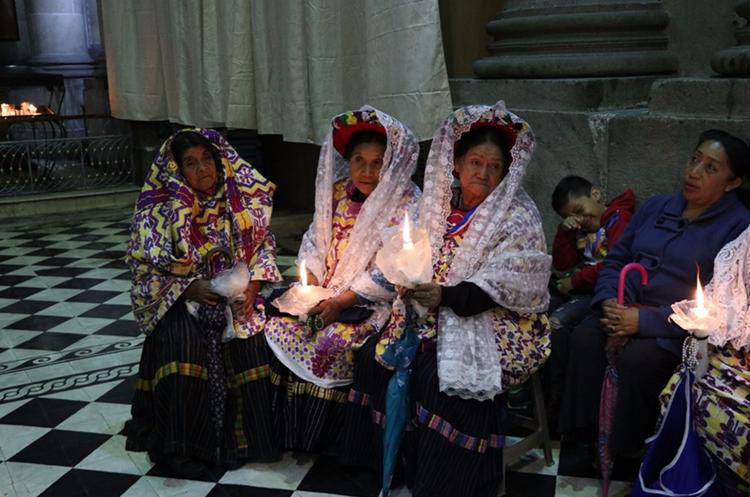 Mujeres indígenas llegan a la catedral a ofrecer sus oraciones a la Virgen. (Foto Prensa Libre: María José Longo)