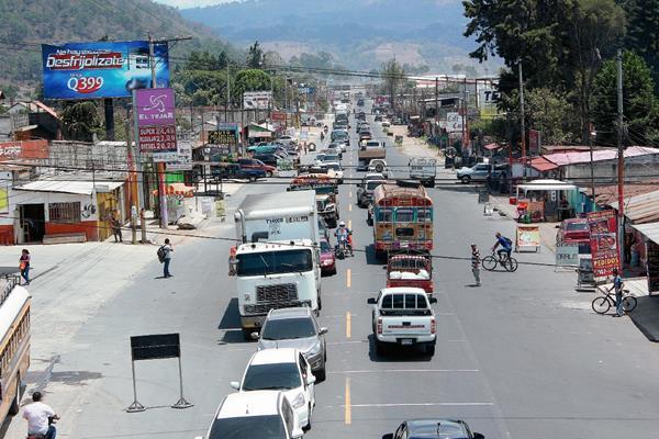 Atasco vial en el kilómetro 49 de la ruta Interamericana, en El Tejar, Chimaltenango. (Foto Prensa Libre: Víctor Chamalé)